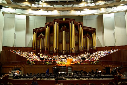 Orgel und Chor im Convention-Center der Mormonen.